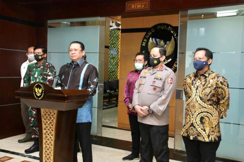 Ketua MPR Bambang Soesatyo (Bamsoet) menyampaikan respons terkait Benny Wenda di kantor Kementerian Koordinator, Politik, Hukum, dan HAM (Kemenkopolhukan), Jakarta, Kamis (3/12).