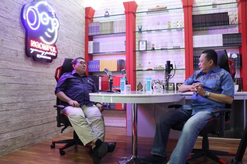 Ketua MPR Bambang Soesatyo (Bamsoet) Podcast Ngobras sampai Ngompol (Ngobrol Asyik sampai Ngomong Politik) bersama Fadli Zon, untuk konten Youtube Bamsoet Channel, di Jakarta, Ahad (18/10).