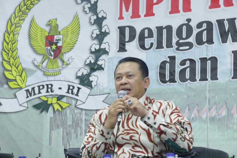 Ketua MPR Bambang Soesatyo (Bamsoet) saat mengisi diskusi publik di Pressroom MPR RI, di Jakarta, Selasa (17/3).(mpr)