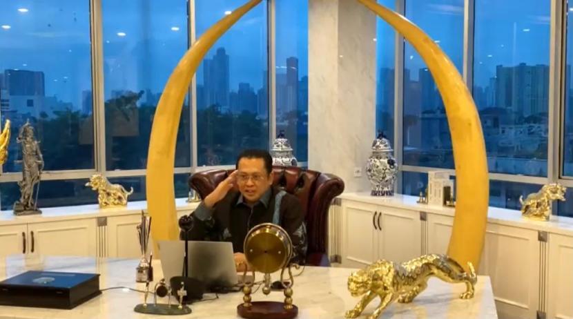 Ketua MPR Bambang Soesatyo (Bamsoet) usai menerima tropy Best Institution Leader dalam acara Obsession Awards 2020 yang dilakukan secara virtual di Jakarta, Kamis (3/12).