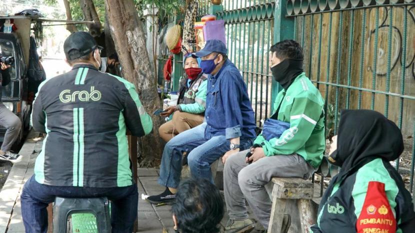 Ketua MPR Bambang Soesatyo berbincang dengan pengemudi ojek online.
