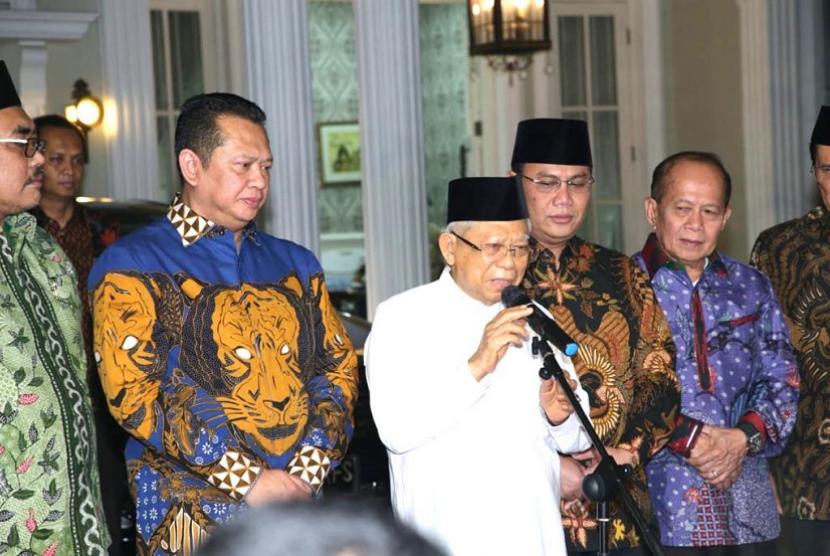 Ketua MPR Bambang Soesatyo bersama Wakil Ketua MPR RI antara lain Ahmad Basarah (F-PDI Perjuangan), Ahmad Muzani (F-Gerindra), Jazilul Fuwaid (F-PKB), Syarief Hasan (F-Demokrat), Hidayat Nur Wahid (F-PKS), Zulkifli Hasan (F-PAN), dan Arsul Sani (F-PPP), mengunjungi Wakil Presiden Maruf Amin.