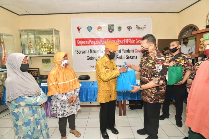 Ketua MPR RI Bambang Soesatyo bersama Gerakan Keadilan Bangun Solidaritas (GERAK BS), Relawan 4 Pilar, Badan Bela Negara FKPPI, serta Motor Besar Indonesia (MBI), menyalurkan bantuan kemanusiaan kepada para warakawuri dan veteran di berbagai lingkungan asrama keluarga besar TNI.