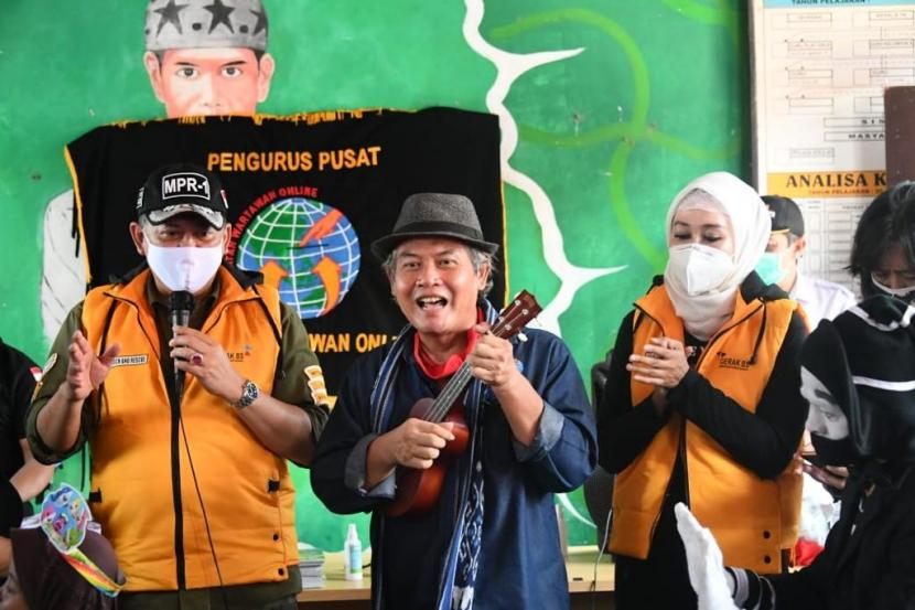 Ketua MPR RI Bambang Soesatyo memberikan bantuan kepada anak-anak PAUD korban banjir bandang di Sukabumi. Bantuan berupa alat tulis, susu, pampers serta uang tunai diharapkan mampu memenuhi kebutuhan mereka selama masa pemulihan pasca bencana.
