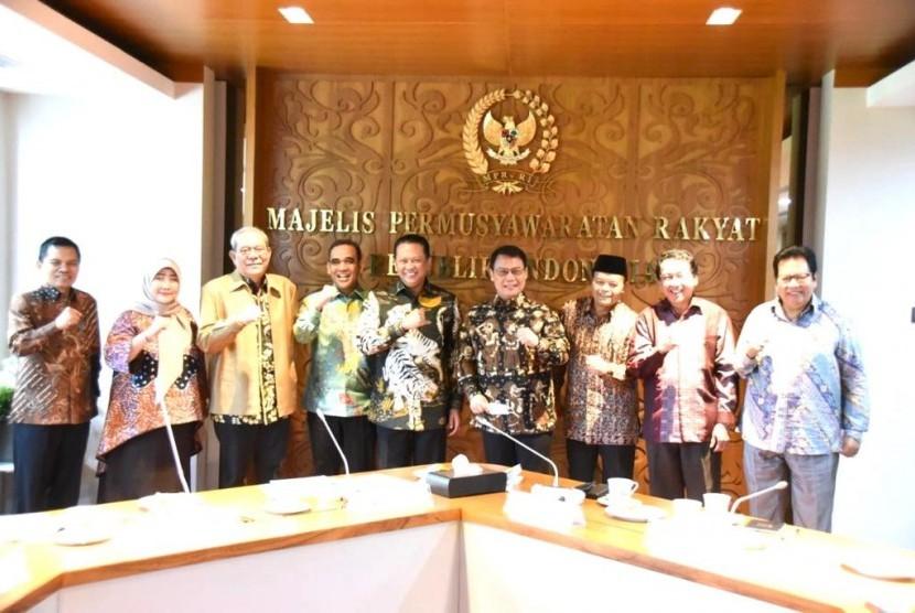 Ketua MPR RI Bambang Soesatyo menekankan kehadiran Komisi Kajian Ketatanegaraan MPR RI (K3 MPR RI) sebagai unsur pendukung MPR RI yang diatur dalam Pasal 58 Tata Tertib MPR RI, punya tugas berat dalam mengkaji dan merumuskan pokok-pokok pikiran yang berkaitan dengan sistem ketatanegaraan Indonesia.