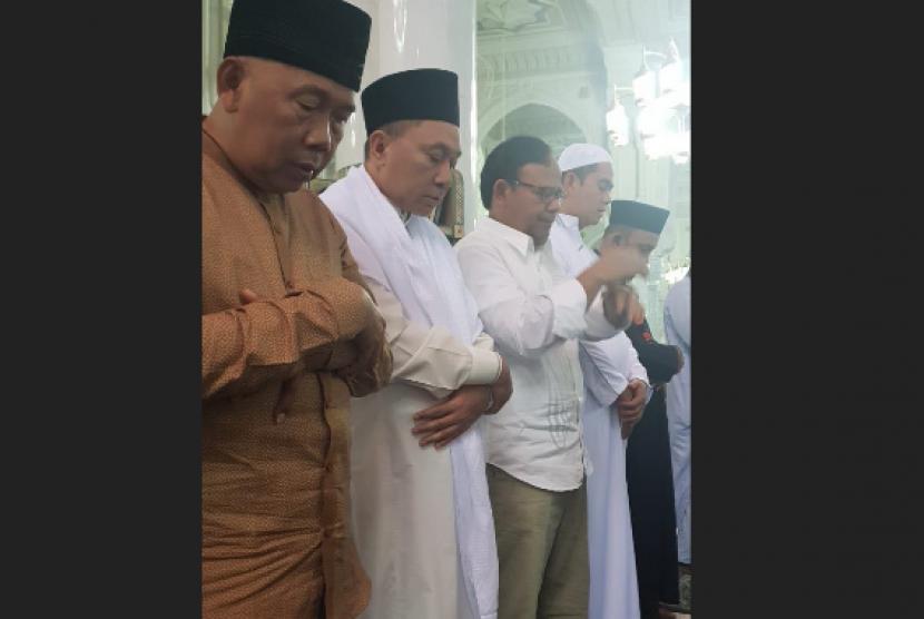 Ketua MPR RI, Zulkifli Hasan (kedua dari kiri) melakukan shalat ghaib mendoakan Ipda Auzar, yang menjadi korban tewas dari serangan teroris di Mapolda Riau, Rabu (16/5).
