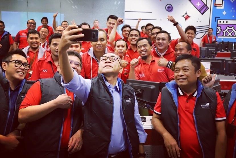 Ketua MPR RI, Zulkifli Hasan melihat langsung persiapan layanan mudik dari PT Telkom dan Telkomsel di Kantor Pusat Telkom Tower Jakarta, Rabu (13/6).