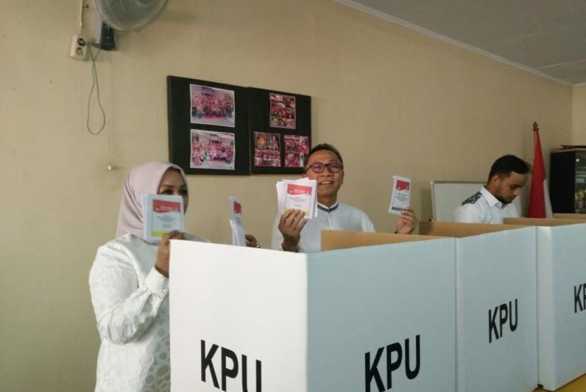 Ketua MPR Zulkifli Hasan bersama keluarga mencoblos di TPS 167, Cipinang Indah I, RW 016 Kelurahan Cipinang Muara, Jatinegara, Jakarta Timur.