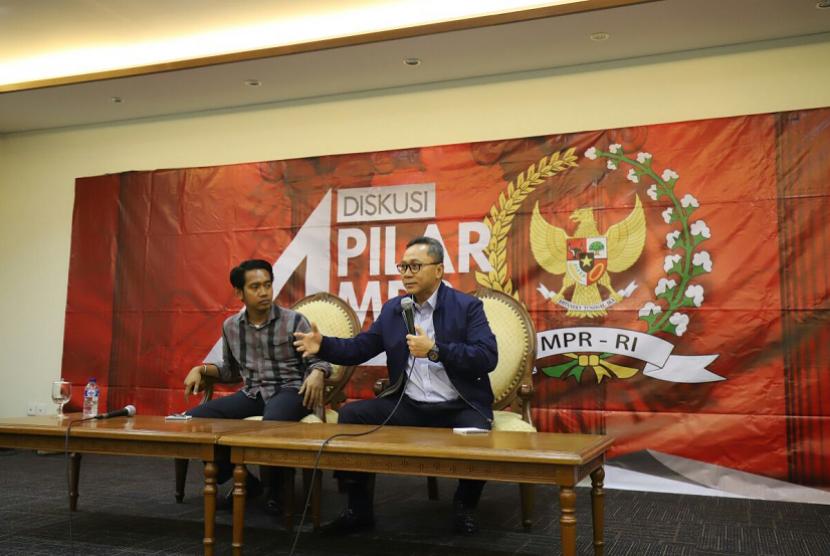 Ketua MPR Zulkifli Hasan dalam diskusi bersama wartawan parlemen di Press Room Komplek Parlemen, Jakarta, Senin (12/3).