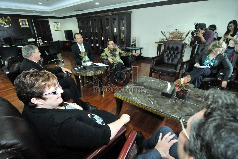 Ketua MPR Zulkifli Hasan (kiri)menerima delegasi angota Senator dan parlemen Australia yang dipimpin oleh Senator Chris Back (kanan)di Ruang Pimpinan MPR RI, Gedung Parlemen, Senayan, Jakarta, Senin (28/9).   (Republika/Rakhmawaty La'lang)