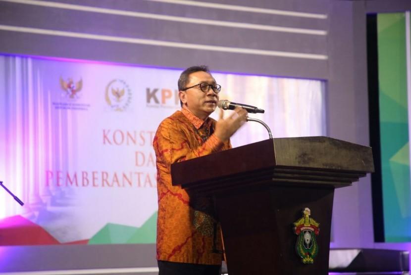 Ketua MPR, Zulkifli Hasan, memberikan sambutan dalam 'Festival Konstitusi dan Anti Korupsi' di kampus Universitas Hasanuddin, Makassar, Senin (24/10).