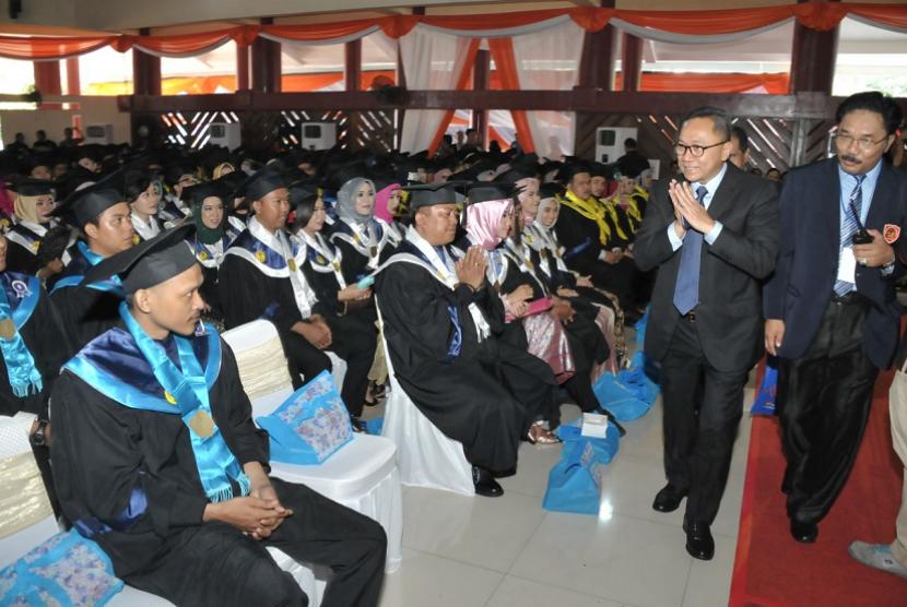 Ketua MPR Zulkifli Hasan menghadiri Dies Natalis ke-66 dan Wisuda ke-56 Universitas Krisna Dwipayana (Unkris), Jatiwaringin, Bekasi, Jawa Barat.