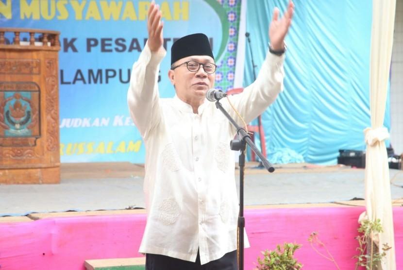 Ketua MPR Zulkifli Hasan saat menghadiri Silaturrahmi Ikatan Keluarga Pondok Pesantren Darussalam di Natar Lampung Selatan, Ahad (9/7).