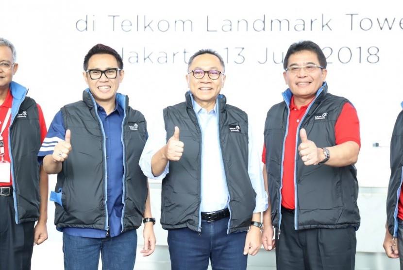 Ketua MPR Zulkifli Hasan (tengah) berkesempatan melihat langsung persiapan layanan mudik dari PT Telkom dan Telkomsel di Kantor Pusat Telkom Tower Jakarta, Rabu (13/6).