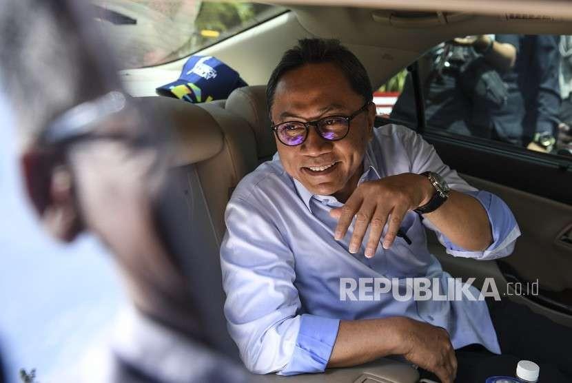 Ketua MPR Zulkifli Hasan (tengah) memasuki mobilnya seusai diperiksa di gedung KPK, Jakarta, Selasa (18/9).