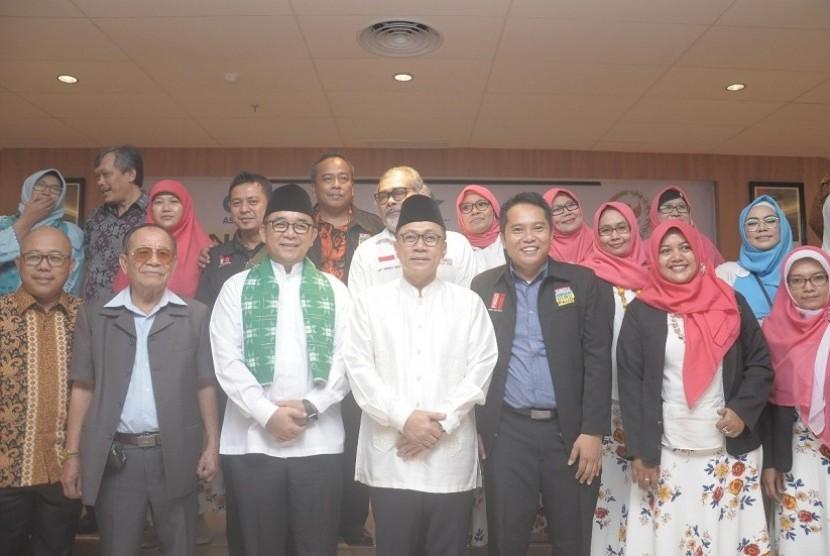 Ketua MPR Zulkifli Hasan (tengah)silaturrahmi bertemu 1.000 guru Pendidikan Anak Usia Dini (PAUD) yang datang dari seluruh Indonesia.