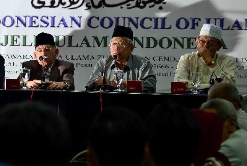 Ketua MUI Bidang Fatwa, Ma'ruf Amin (tengah) menjadi pembicara didampingi Ketua MUI Bidang Ukhuwah Islamiyah, Umar Shihab (kiri) dalam keterangan pers terkait