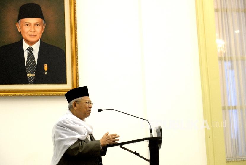 Ketua MUI KH Maruf Amin memberikan kultum saat buka bersama presiden dan jajaran kabinet kerja di Istana Bogor, Jawa Barat, Senin (29/5).