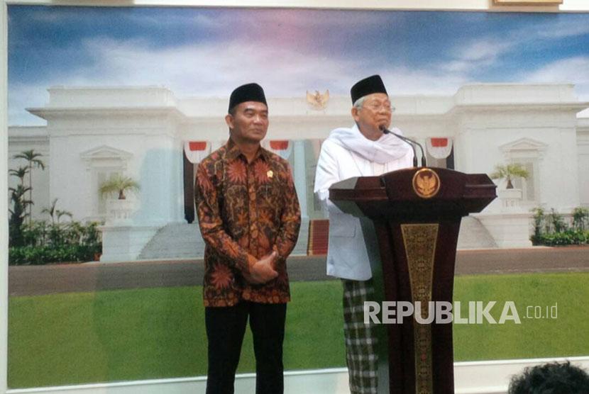Ketua MUI Maruf Amin (kanan) dan Mendikbud Muhadjir Effendy (kiri) memberikan keterangan pers terkait Program Sekolah Limah Hari, di Istana Negara, Senin (19/6).
