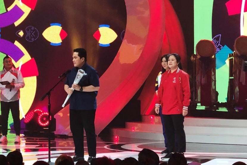 Ketua Panitia Pelaksana Asian Games 2018, Erick Thohir, memamerkan obor yang akan diarak dari satu kota di India serta 50 kota di Indonesia, Kamis (10/5).