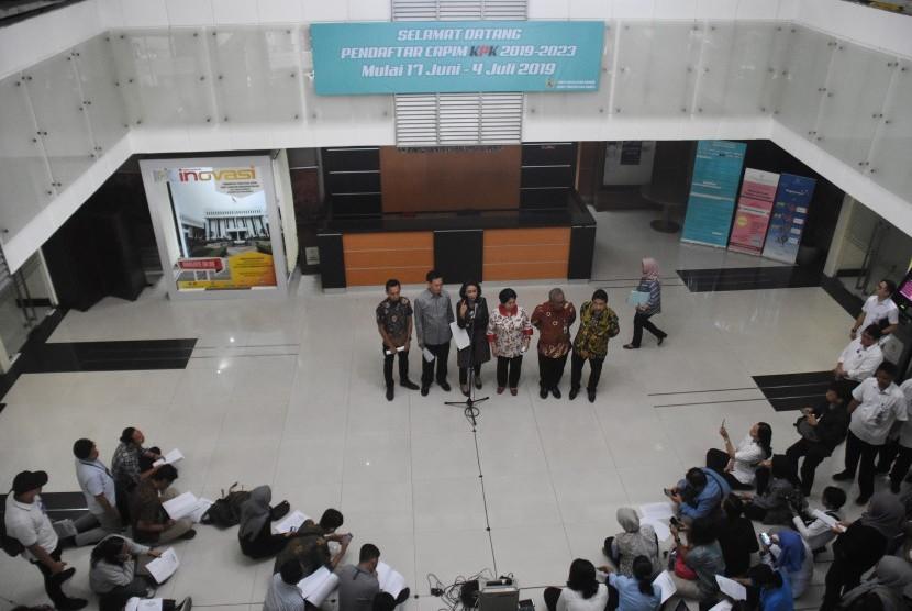 Ketua Panitia Seleksi Capim KPK Yenti Garnasih (ketiga kiri) bersama anggota Harkristuti Harkrisnowo (ketiga kanan), Al Araf (kiri), Hendardi (kanan), Marcus Priyo Gunarto (kedua kanan), dan Mualimin Abdi (kedua kiri) memberikan keterangan kepada wartawan terkait proses seleksi capim KPK di Kantor Kementerian Sekretariat Negara, Jakarta. (ilustrasi)