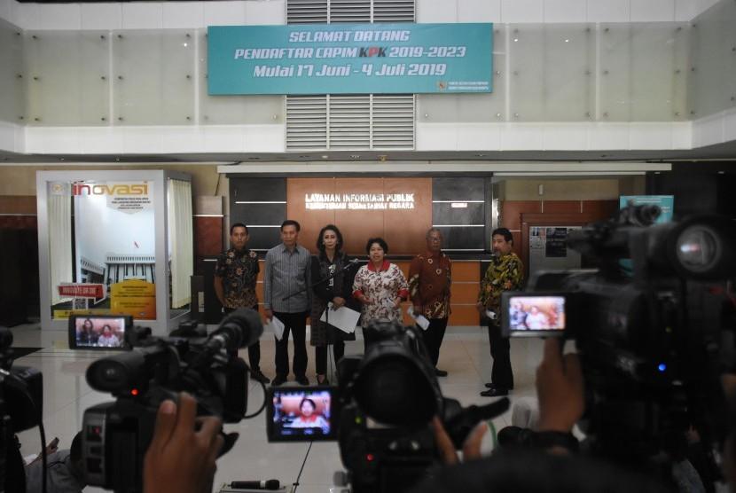 Ketua Panitia Seleksi Capim KPK Yenti Garnasih (ketiga kiri) bersama anggota Harkristuti Harkrisnowo (ketiga kanan), Al Araf (kiri), Hendardi (kanan), Marcus Priyo Gunarto (kedua kanan), dan Mualimin Abdi (kedua kiri) memberikan keterangan kepada wartawan terkait proses seleksi capim KPK di Kantor Kementerian Sekretariat Negara, Jakarta, Kamis (11/7/2019).