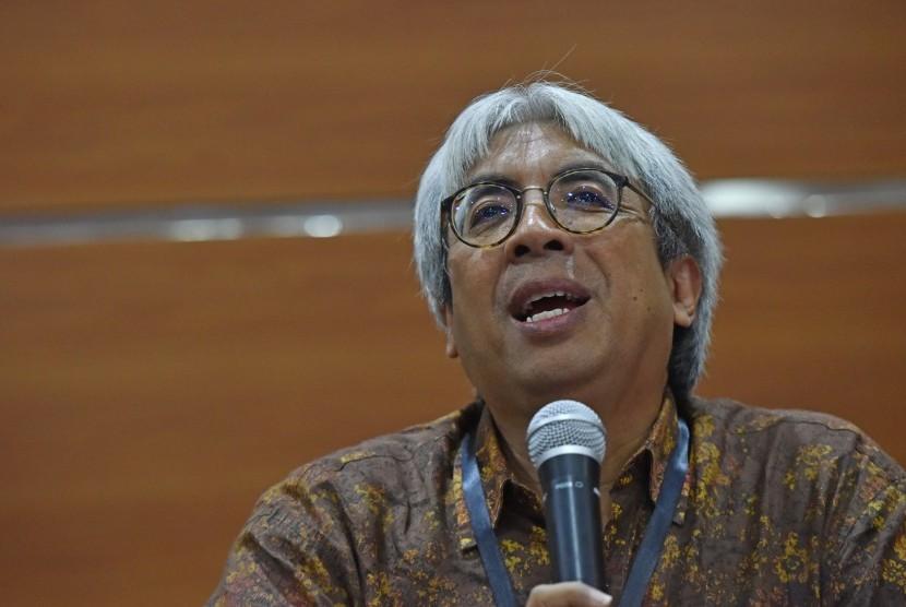 Ketua panitia seleksi pemilihan penasihat KPK Imam B. Prasodjo memberikan keterangan terkait proses seleksi penasihat KPK di Gedung KPK Jakarta, Selasa (7/2).