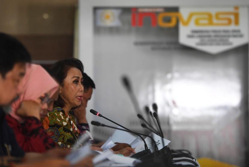 Ketua Pansel KPK Yenti Ganarsih (kanan) memberikan keterangan terkait hasil profile assessment calon pimpinan KPK periode 2019-2023 dalam konferensi pers di Jakarta
