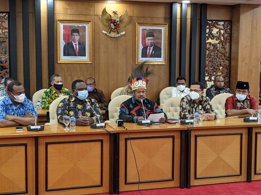 Ketua Pansus DPR Papua Barat Yan Anton Yoteni (tengah) di Gedung Nusantara II, Kompleks Parlemen, Jakarta, Rabu (23/6).