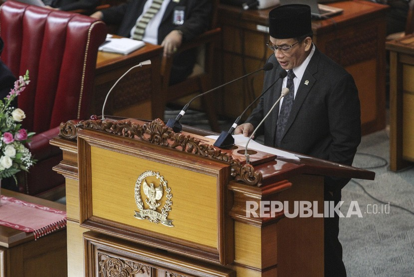 Ketua Pansus RUU Anti-Terorisme Muhammad Syafii menyampaikan laporan pembahasan RUU pada Rapat Paripurna di Kompleks Parlemen Senayan, Jakarta, Jumat (25/5).