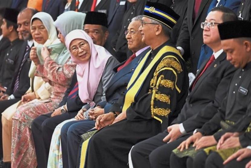 Ketua Parlemen Malaysia yang baru, Datuk Mohamad Ariff Md Yusof (ketiga dari kanan) bersama Perdana Menteri Mahathir Mohamad (keempat dari kanan) dan Wakil Perdana Menteri Wan Azizah Wan Ismail (kelima dari kanan) saat acara pelantikan di Gedung Parlemen, Senin (16/7).