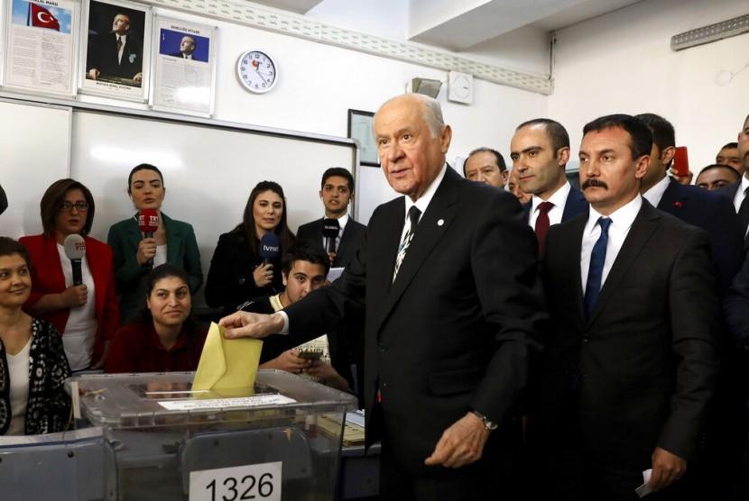 Ketua Partai Nationalist Movement Party Devlet Bahceli memberikan suaranya dalam pemilihan lokal di Ankara, Turki, Ahad (31/3).