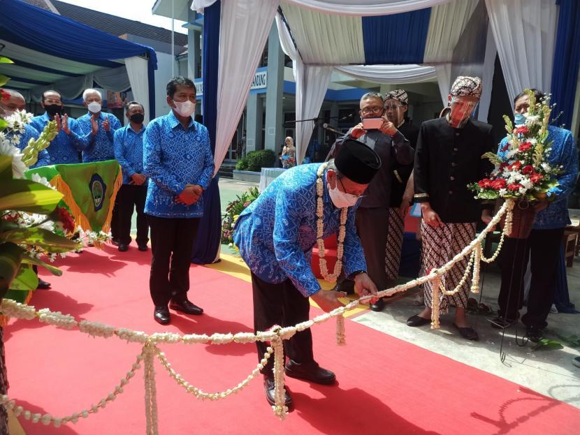 Ketua PB Paguyuban Pasundan Prof Dr HM Didi Turmudzi MSi, meresmikan kompleks sekolah terintegrasi Pasundan pada Senin (27/9) di SMA Pasundan 3 dan 7 Bandung, Jalan Kebon Jati No 31 Kota Bandung.