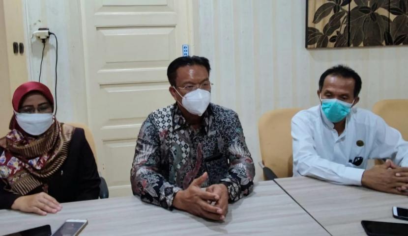 Ketua Persatuan Perawat Nasional Indonesia (PPNI) Jawa Tengah, Edy Wuryanto (tengah) memberikan keterangan pers terlkait terjadinya insiden keributan yang melukai perawat di RSUD Gunawan Mangunkusumo, Ambarawa, Kabupaten Semarang, Sabtu (24/7).