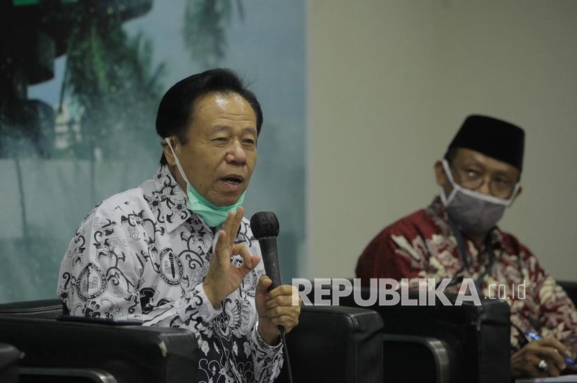 Ketua PGRI DKI Jakarta Adi Dasmin (kiri).