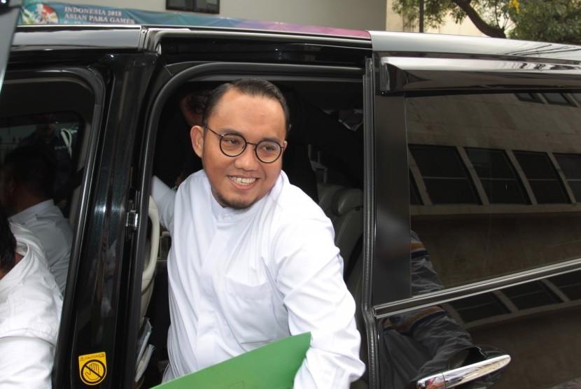 Ketua PP Muhammadiyah Dahnil Anzar Simanjuntak (tengah) bersiap menjalani pemeriksaan di Direktorat Kriminal Umum Polda Metro Jaya, Jakarta, Selasa (16/10/2018).