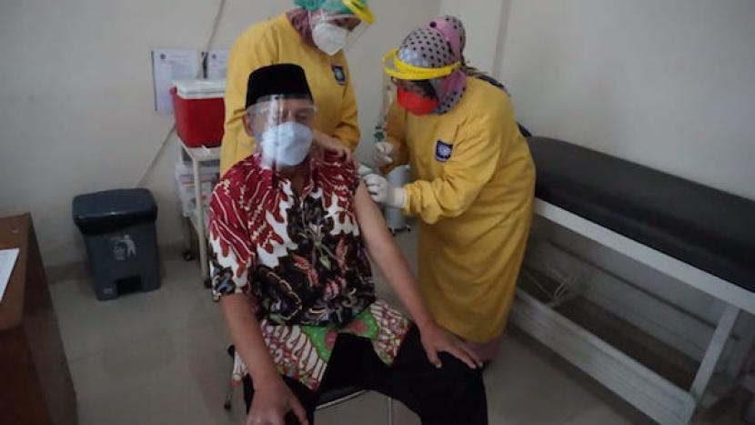 Ketua PP Muhammadiyah Prof Dadang Kahmad menjalani vaksinasi Covid-19 di RS Muhammadiyah Bandung, Sabtu (6/3/2021).