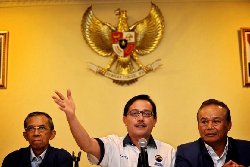 Ketua PP Nasional Demokrat (Nasdem) Ferry Mursyidan Baldan (tengah)
