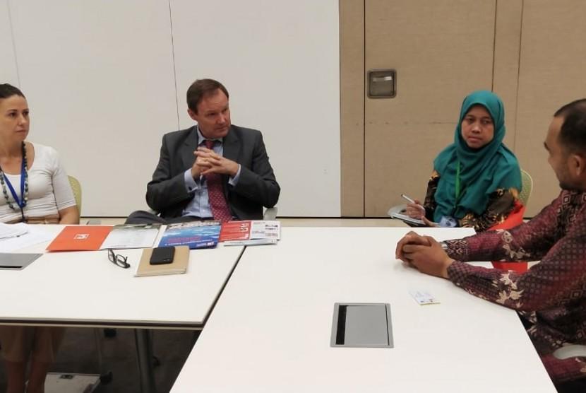 Ketua Presidium MER-C dr Sarbini Abdul Murad didampingi oleh dua staf MER-C melakukan kunjungan ke Kedutaan Besar Inggris di Jakarta, Senin (15/4). Kedatangan Tim MER-C diterima dengan hangat oleh Wakil Duta Besar Inggris untuk Indonesia, Rob Fenn dan staf.