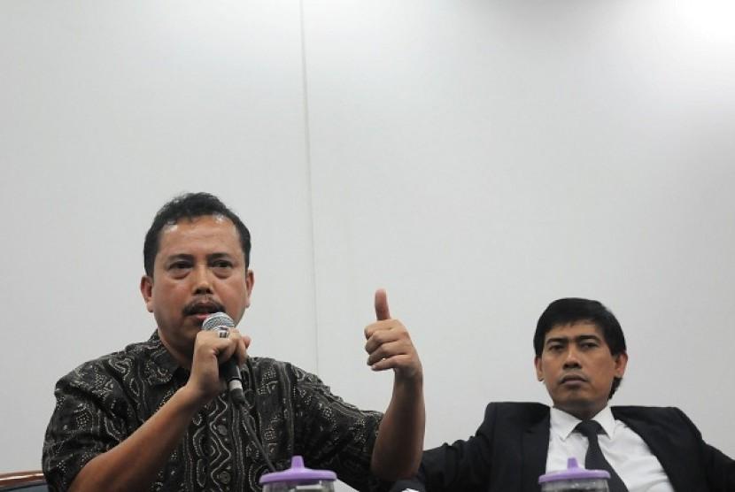 Ketua Prisidium Indonesian Police Watch, Neta S pane (kiri), mantan pengacara KPK Ahmad Rifai (kanan) berbicara saat diskusi