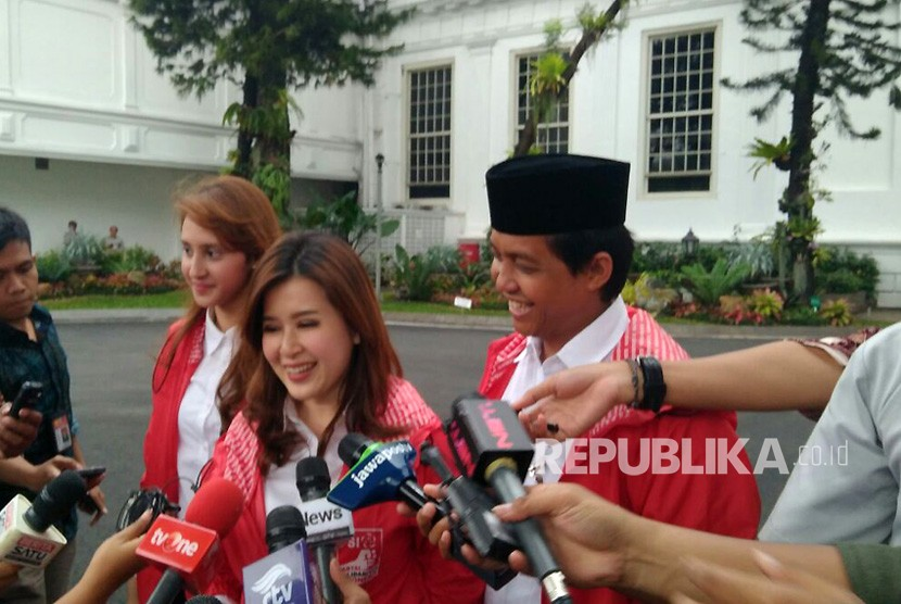 Ketua PSI Grace Natalie dan dua orang perwakilan PSI usai bersilaturahmi dengan Presiden Jokowi di Istana Negara, Kamis (1/3).