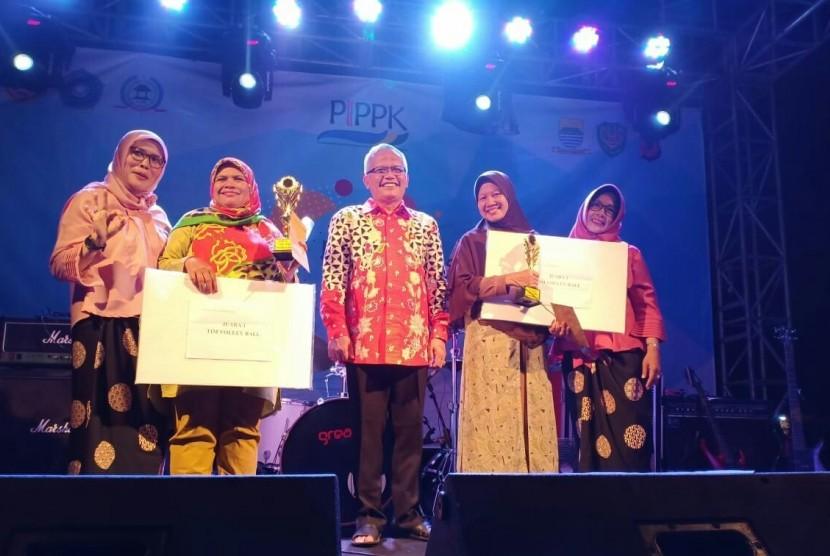 Ketua RW 02, Kelurahan Pasirendah, Kecamatan Ujungberung, Kota Bandung Drs H Eded Tarmedi MA (tengah) bersama para pemenang sejumlah lomba dalam Festival Pasirendah, Kecamatan Ujungberung, Kota Bandung, Ahad (11/11) malam.