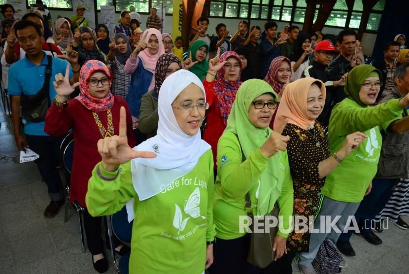 Ketua Syamsi Dhuha Foundation (SDF) Dian Syarief (kiri) meneriakan yel-yel semangat pada saat acara World Lupus Day 2017 oleh Syamsi Dhuha Foundation (SDF) di Aula Barat ITB, Jalan Ganeca, Kota Bandung, Sabtu (6/5).