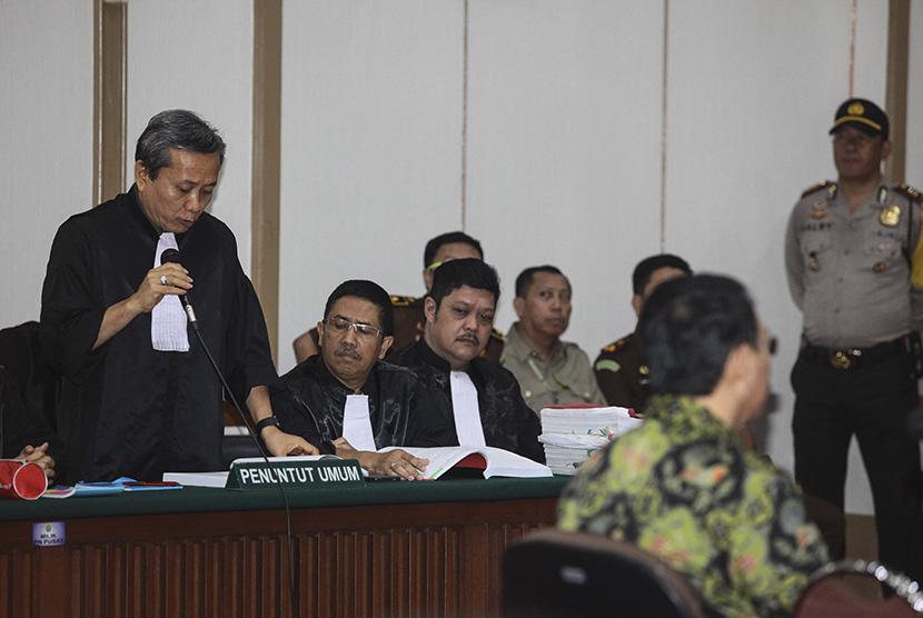 Ketua Tim Jaksa Penuntut Umum (JPU) persidangan kasus dugaan penistaan agama dengan terdakwa Basuki Tjahaja Purnama, Ali Mukartono (kiri) membacakan tuntutan pada  sidang lanjutan tersebut di Pengadilan Negeri Jakarta Utara, Auditorium Kementerian Pertanian, Jakarta, Kamis (20/4).