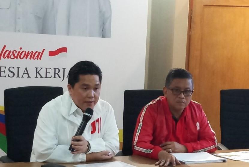 Ketua Tim Kampanye Nasional (TKN) Erick Thohir (kanan) bersama Sekretaris TKN, Hasto Kristianto menyampaikan keterangan pers soal rencana kampanye akbar pasangan Jokowi-Ma'ruf Amin, Sabtu (23/3)