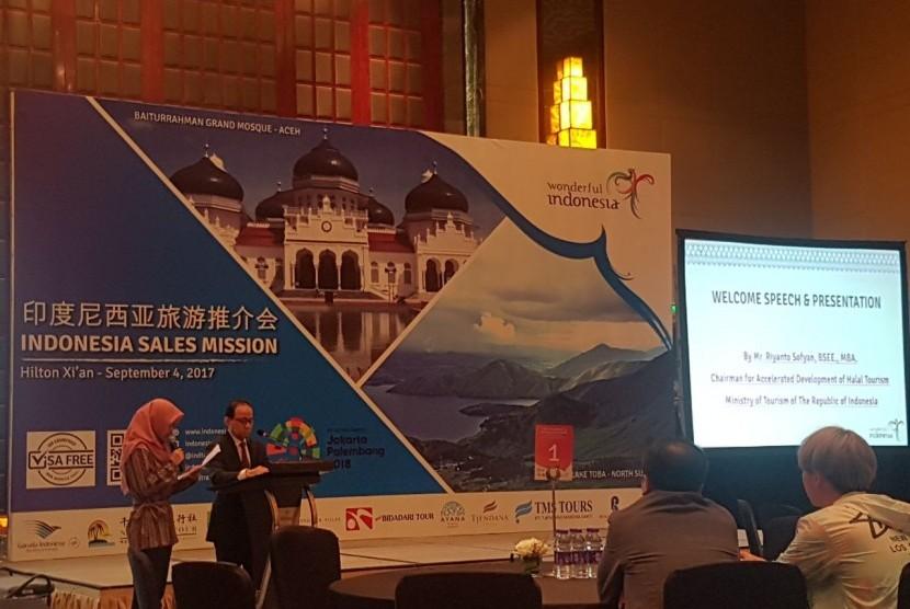 Ketua Tim Percepatan Pengembangan Pariwisata (P3) Halal Kementerian Pariwisata Riyanto Sofyan memberikan presentasi tentang 10 Bali Baru dan destinasi wisata halal di Indonesia, di Hilton Hotel, Xi'an, Provinsi Shaan Xi,  China, Senin (4/9).