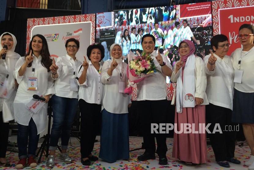 Ketua TKN Jokowi-Ma'ruf, Erick Thohir, berpose bersama para relawan perempuan dalam acara Indonesia Maju bersama Perempuan Keren: Jokowi, Sahabat Perempuan Keren di Cilandak Town Square, Jakarta Selatan, Senin (22/10).