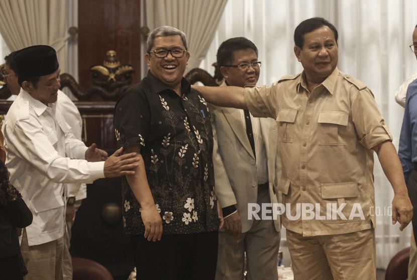 Ketua Umum dan Ketua Dewan Pembina Partai Gerindra Prabowo Subianto (kanan) berbincang bersama Presiden PKS Sohibul Iman (kedua kanan), Gubernur Jawa Barat Ahmad Heryawan (kedua kiri) dan Calon Gubernur Jawa Barat dari Partai Koalisi Asyik, Sudrajat (kiri) saat melakukan pertemuan di Jakarta, Kamis (1/3).