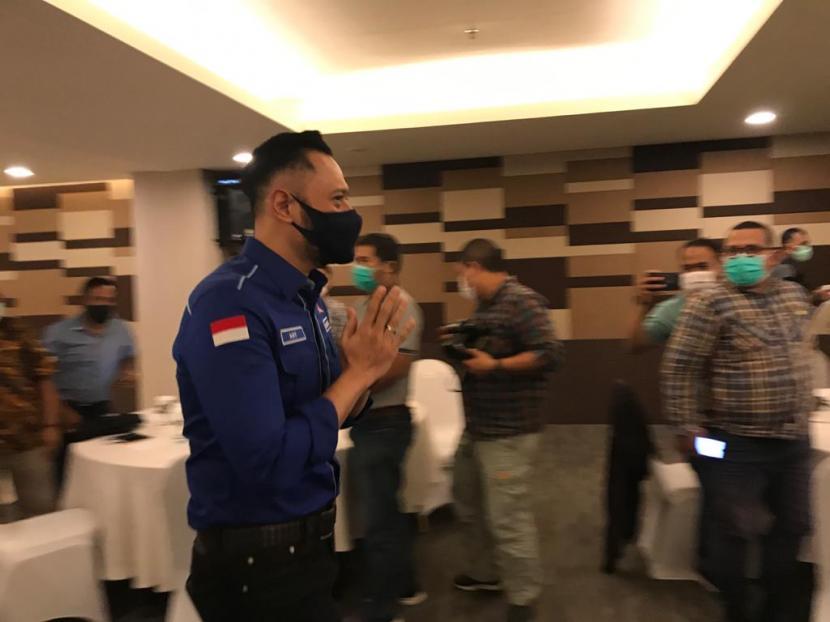 Ketua Umum Demokrat Agus Harimurti Yudhoyono saat pertemuan dengan kader Demokrat Sumbar di Padang, Ahad (22/11)