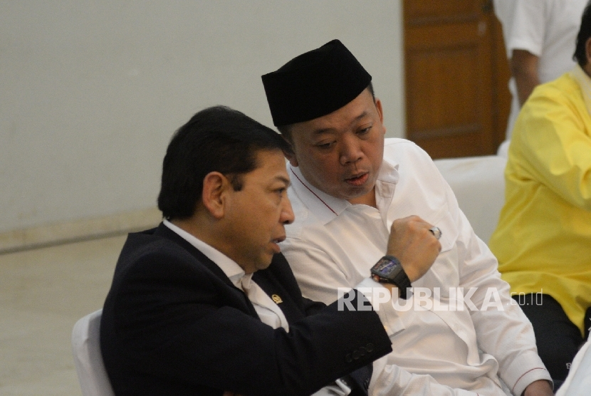Ketua Umum DPP Golkar Setya Novanto berbincang Koordinator Bidang Pemenangan Pemilu Indonesia Partai Golkar Nusron Wahid sebelum rapat pengurus harian DPP Golkar di Jakarta. Rabu (15/3).